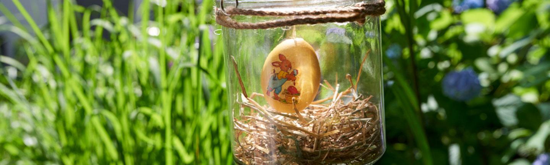 Schwebendes Osterei im Glas